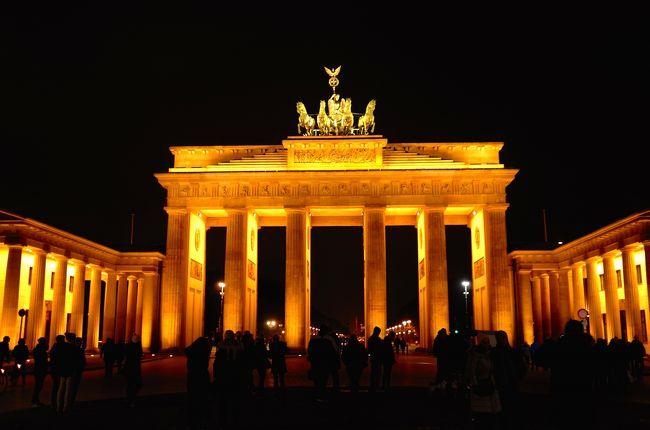 """壁崩壊から25年のニュースを見ていたら、久しぶりにベルリンを歩きたくなった。<br />本当はクリスマスマーケットに合わせて来たかったけど、今年の天皇誕生日は連休じゃないから無理。<br />仕方ない、今年最後の連休を使って弾丸で行くか!<br /><br />5年ぶりのベルリンは、一等地に所謂「戦争を反省するモニュメント」や「戦争を二度と起こさないための展示物」が溢れ、ときに溢れ過ぎの感すらある街になっていた。<br />「絶対に、繰り返さない」という強い意思の現れであることは、よく分かる。<br />EUの一員としてやっていくためには必要不可欠なことだということも、容易に想像できる。<br /><br />この問題に"""" やり過ぎる """" ということはない、ということは分かってるけど、でも…若干やり過ぎてませんか?<br />責め続けると、責め過ぎると、必要以上に国も人も疲弊しませんか?<br /><br />1997年初めてベルリンを訪れた際に感じた「(これからよりよい国になるだろう、という)期待感」「ワクワク感」は完全に影を潜め、「(どうせ何も変わらない、という)諦め感」や「疲労感」が街を支配しているような気がして仕方なかった。<br /><br />私の勝手な思い込みであることは重々承知で書いてます。<br />日本人の私が何かを言える立場ではないことも。<br />どうぞ悪しからず。"""