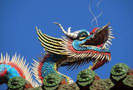 2014秋、台湾旅行記10(11):11月20日(3):台北、龍山寺、本殿、後殿、屋根飾り、お供え物