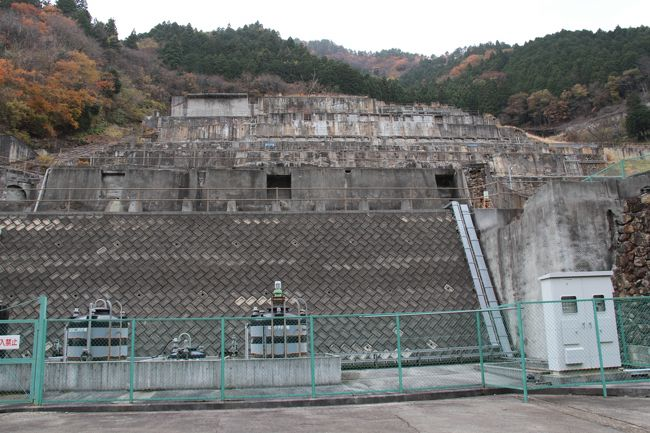 神子畑選鉱場跡は巨大な構造物が山の斜面に張り付いている感じです。<br />その歴史は800年頃に鉱山として開拓された神子畑は15世紀頃から採鉱が盛んになり、その後、明治政府の管理から一時は皇室財産として宮内省の管轄にもなりました。<br />明治29(1896)年に三菱へ払い下げられ、大正8(1919)年には大規模な選鉱場が建設されました。<br /><br />取り壊し前の選鉱場の様子<br />山を隔て6キロメートル離れた明延鉱山(養父市大屋町)から運ばれてきた鉱石をその比重や浮力を利用して亜鉛、銅、錫に選鉱。<br />東洋一の生産高を誇りました。<br />ムーセ旧居は鉱山技師達の住まいでした。<br /><br />