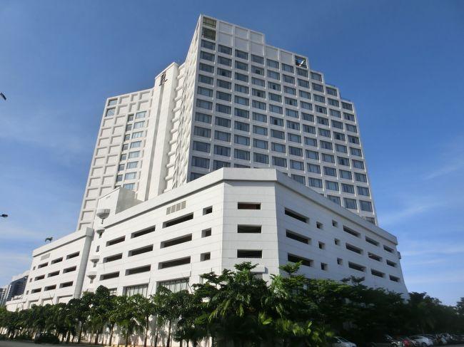 シンガポールから陸路マレーシア第二の都市「ジョホールバル」に入る。お泊りのホテルはジョホールバル郊外にある「ルネッサンス・ジョホールバル・ホテル」(写真)。フロントでチェックインするさい、エグゼクティブ・クラブ・ラウンジへのアップグレードを申し出る。<br />今回の旅はマレーシア内にあるマリオット系、ルネッサンス系の全ホテル宿泊とクラブ・ラウンジ研究である。あまり観光旅行をせず高級ホテルライフを楽しむ。私はマリオット・リワードの熱心な信奉者でホテルポイント獲得という目的もある。<br /><br /><br />私のホームページに旅行記多数あり。<br />『第二の人生を豊かに』<br />http://www.e-funahashi.jp/<br />(新刊『夢の豪華客船クルーズの旅<br />ー大衆レジャーとなった世界の船旅ー』案内あり)