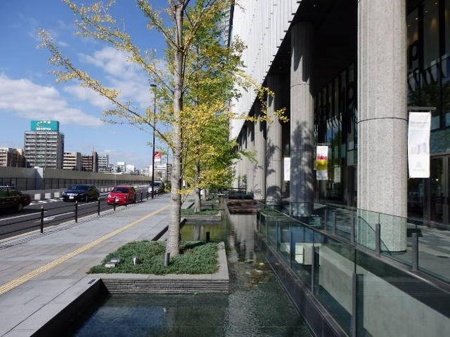 <br />グランフロント大阪はJR貨物梅田貨物駅跡地の再開発エリア「うめきた」に2013年4月に開業し&quot;大阪最後の一等地&quot;といわれる「うめきた」に南館(タワーA)、北館(タワーB・タワーC)が建てられショッピングモール、レストラン・カフェ、オフィス、ホテル、コンベンション・センター、劇場、超高層マンションなどから構成されている。開業当初は大混雑だったが1年半経過した2014年11月には大分落ち着き川辺を静かに散歩もできた。<br />(写真はグランフロント大阪)<br />