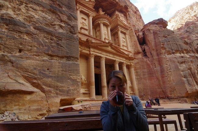 5ヶ月ぶりの海外旅行は…<br />『イスラエルとヨルダン』<br /><br /><br />小さい頃から憧れだったヨルダンのぺトラ遺跡。<br />当初はヨルダンだけを訪問しようかと思っていたのですが、<br />折角なのでイスラエルと2ヶ国、訪問する事にしました。<br /><br /><br />とは言え、情勢が不安定なイスラエル。<br />出国ギリギリまで法務省のホームページで最新情報をチェックしていました。<br /><br /><br />今回も初体験、盛りだくさん。<br />勿論、恒例の一人旅。<br />自分で全てプロデュース。<br />どうなる事やら…<br /><br /><br />旅程<br />10月30日…夜、関西国際空港→<br />10月31日…ドーハ→アンマン→イスラエル入国 エルサレム泊<br />11月1日 …エルサレム泊<br />11月2日 …エルサレム→エイラート エイラート泊<br />11月3日 …エイラート(イスラエル)→アカパ(ヨルダン) ワディー・ラム泊<br />11月4日 …ワディー・ラム→ぺトラ ぺトラ泊<br />11月5日 …ぺトラ泊<br />11月6日 …ぺトラ泊<br />11月7日 …ぺトラ→死海 死海泊<br />11月8日 …夕方、アンマン→ドーハ<br />11月9日 …ドーハ→関西国際空港