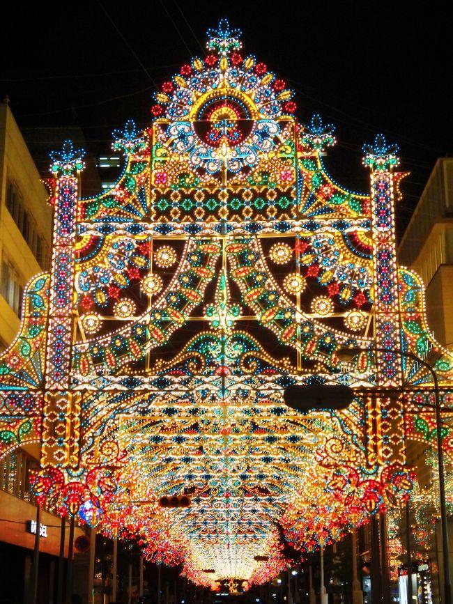 12月9日火曜日平日に『神戸ルミナリエ』を見に行ってきました。<br /><br />【メンバー】<br />12月9日(火)の『神戸ルミナリエ』は相方と二人でです。<br />12年2日(火)も神戸に訪れてますが、その時は相方と娘の三人でした。<br /><br />【移動手段】<br />地元和歌山(南海和歌山市駅)から神戸『三宮(さんのみや)』&amp;『元町(もとまち)』までは私鉄です。<br />南海電車と阪神電車で『スルッとKANSAI』のチケットを使用しました。<br />関西の主要電車・バスが1枚のカードで任意の3日間乗り放題で5200円<br />1日あたり1733円で乗り放題です。<br />通常だと<br />南海バス『最寄バス停』→『和歌山市駅』まで片道240円<br />南海『和歌山市駅』→『難波』片道920円<br />阪神なんば線『大阪難波』→片道410円<br />で片道1570円で『往復3140円』かかりますが、<br />『1733円』で済みました。<br /><br />『スルッとKANSAI』HP<br />http://www.surutto.com<br /><br />【神戸ルミナリエ】<br />関西を代表するイルミネーションですが第一回開催日は、1995年の12月です。『阪神・淡路大震災』の年です。<br /><br />【開催主旨】<br />神戸ルミナリエの開催主旨は、<br />『阪神・淡路大震災の犠牲者への鎮魂』と『大震災の記憶を永く後世に語り継いで行く行事』として開催しているということ。<br />そして神戸の冬の集客観光促進事業の柱として、神戸地域への集客と経済波及効果を期待しての 開催です。<br />単なる集客経済効果を狙ってだけの開催では無いのです。<br /><br />【100円募金】<br />毎年超混雑でいかにも集客経済効果も高いと思いきや、主催者側は赤字の年もあったり開催も危ぶまれることもあるました。<br />そのため、会場で100円募金なども行ってます。<br /><br />【開催期間】<br />2014(平成26)年は、<br />12月4日(木) 〜 12月15日(月) 12日間<br /><br />【点灯時間】<br />月〜木曜日18:00頃 〜 21:30<br />金曜日 18:00頃 〜 22:00<br />土曜日 17:00頃 〜 22:00<br />日曜日 17:00頃 〜 21:30<br />混雑で点灯時間は大概繰上がります。<br /><br />【会場】<br />『旧外国人居留地』及び『東遊園地』