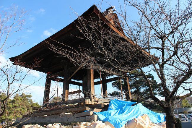 実家の地震による転倒は、こけし等の背の高い物や花瓶のみで、いずれも破損などの被害は無かったのですが、実家から10分ほどの処に有る善光寺にお参りに行って常夜灯の転倒や破損が沢山有るのに吃驚しました。<br />表題の写真は、鐘楼の土台の石垣の崩れを補強して崩れ防止としていました。