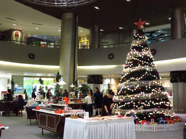今年もクリスマスが近くなってきました。<br />上海のあちこちのショッピングセンターやビルも<br />クリスマスの装いになっています。<br /><br />お昼によく行く上海環球金融中心のクリスマスの<br />飾りは…デジタルな感じ???