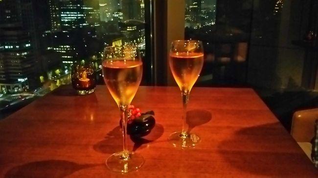 パレスホテル東京クラブラウンジでのサービスの様子です。<br />雰囲気、景色、サービスもよくこちらもまたお気に入りの<br />ラウンジになりました。<br /><br />ラウンジ以外のクラブフロア特典は<br /><br />・駐車料金無料(通常2,060円/1泊) <br />・ピローミストをプレゼント <br />・エビアン スパ 東京の屋内プールを無料(通常2,060円/日) <br /><br />などがありました。<br /><br />※2014年11月の情報です。変更される場合があります。