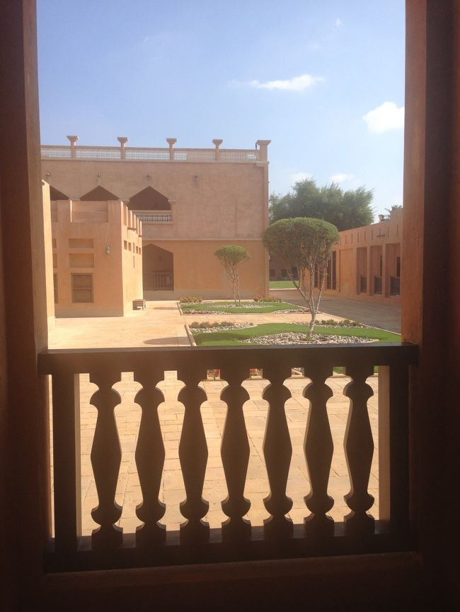 アブダビ観光に続いては、アル・アイン観光。<br />観光自体は短い時間でしたが、<br />道中の車窓は変化に富んでおり、楽しい移動となりました。<br /><br />