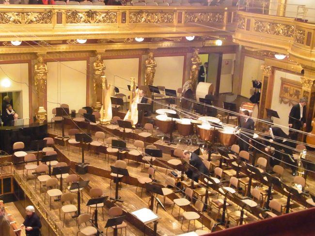 黄金のホール、ムジークフェラインは、今年は3月に2度、4月に1度と入場したが、ウィーン交響楽団が2回とウィーン・トンキュンストラー管弦楽団1回という内容だった。今回12月15日にやっとウィーン・フィルの演奏会をこのホールで聞いた。大昔、1975年1月1日にニューイヤーコンサートはここで聞いたのだが、あれ以来、ウィーンに何度来ても、ウィーン・フィルの演奏会には出会えなかった。ウィーン・フィルは、東京で1回、ザルツブルク音楽祭で1回、ロンドンではなんと4回も、聞いている。私のロンドンの友人もウィーン・フィルは海外で聞くものだと断言している。特にニューヨークや東京で何度も聞いているという。本場のウィーンでは本当に演奏回数が少ない!国立歌劇場が本来のノルマだからだろうか?<br /><br />ともかくも、今回は、久し振りにこのホールで聞けた喜びは大きい!イギリスの大躍進中のネルソンスが指揮し、ハイドンの「びっくり」交響曲で開始。最高の音質と音響!!!これがムジークフェラインでのウィーン・フィルサウンドだ!!!ロンドンや東京やザルツブルクでは、決してこんな響きにはならない!!!夢の中にいるような美しいサウンドが体を包む!この快感はなにものにも変えがたい。指揮もいい。ウィーン・フィルの邪魔をしていない。歌わせ方もテンポも快適だ。3月4月に聞いたウィーン交響楽団やウィーン・トンキュンストラー管弦楽団の演奏も大変立派だったし、最高の音響効果の中で楽しんだが、ウィーン・フィルの響きは、なんというか、、、もうひとつ違う。。。満点を通り越した響きだ。。。それだけで感涙に咽ぶ類の感激なのだ。これ以上書くと、後で自分でいやになるので、止めるが。。。ウィーン・フィルをロンドンで聞いても、こんな感激は絶対にしない!!!<br /><br />次ぎのエルガーのファゴットとオーケストラの曲については特になし。。。後半は、リヒアルト・シュトラウスの「アルプス交響曲」だ。休みなしで50分くらいの大曲だ。これについては、ホルンも12本、パイプオルガンも入る大編成の曲だ。アルプスの雰囲気を出すホルンがこだまのように響く。ウィンナ・ホルンという独特の楽器が暖かい響きを出す。因みにこれらのウィンナ・ホルンはヤマハの名人たちが、特製しているものだ。ホルン首席奏者たちとロンドンで、彼等の演奏後、パブで一緒にビールを飲んだことがあるので、その由来を教えてもらったことがある。音の洪水に体を浸しながら、山頂に上がった感激を表現している音楽に酔った。CDでは、しばしば、途中で飽きることがある曲だったが、このホールでのウィーン・フィルのライブだと、そんなことは起きない。あっという間に、終わってしまった!!!感激で目頭が熱くなり、よく見えない!!!<br /><br />長年、ヨーロッパでライブを沢山聞いてきたが、やはり、ここに勝るところはない。。。確信した。。。また、音楽に埋没したくなったら、ここに戻ってくるだろう。オペラは、国立歌劇場、フォルクスオパー、テアター・アン・デア・ウィーン等の大きすぎない、昔ながらのサイズで、いい響きをもつ、このウィーンで見るのが、音響的にはやはりすばらしいと確信した。昨年から4回、ウィーンに集中して来て、沢山ライブを聞いた後での私の結論だ。<br />