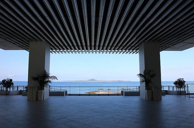 2014−2015の年末年始の9連休をどう過ごすか家族会議をしたのは昨年の9月のこと。<br />理想はハワイやシンガポールで年越ししたいけど予算的にムリー。<br />家にいても結局ちょこちょこ出掛けてしまって出費しちゃうんだから、ここはポカポカの沖縄に行っちゃいましょう!<br /><br />2泊はオリオンモトブリゾート&スパ、残り3泊は瀬長島ホテルにステイ。<br />北から南へと大移動です。<br /><br />いつもは日程表を作るのですが、今回は仕事も忙しくて・・・。<br />荷造りも前日の22時からというバタバタとした出発となりました。<br /><br />ノープランの今回の旅、どうなるでしょうか。<br /><br />*時系列的費用公開*<br /><br />12/27(1日目)<br />■羽田空港までは車で。空港駐車場6日間で10,000円<br />■11:10発ANA471便で沖縄へ。9月の時点で、早割りで購入。<br /> 3人分合わせて往復エアー代約11万円。<br />■レンタカーを借りて、宿泊先のオリオンモトブまでひたすら走ります。<br /> (6日間で19,700円)<br />■オリオンモトブリゾート&スパにチェックイン。<br />■夕食は、スペシャリティ【銀河】で中華のコース(18,600円)<br />*宿泊費:1泊朝食+温泉付きで38,700円<br /><br />12/28(2日目)<br />■ホテルで朝食<br />■古宇利島へ。オーシャンタワーで絶景を堪能。(約2,000円)<br />■ランチは【うみにわ】(約2,000円)<br />■次男とフクギ並木をお散歩♪<br />■5ヶ月振りとなる美ら海水族館へ。(約3,000円)<br />■夕食はクーポンで焼肉レストラン【カペラ】で。<br /> 飲み物代約3,000円<br />宿泊費:1泊2食+温泉券付きで46,200円。<br /><br />12/29(3日目)<br />■ホテルで朝食<br />■備瀬崎を目指し、朝のお散歩。<br />■ホテルをチェックアウトし、南部へと移動。<br /><br />と、ここまでで約260,000円。<br /><br />この旅行記は、瀬長島ホテル滞在編に続きます。