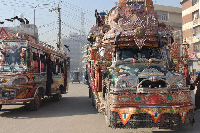 2014年12月8日(月)<br />夜行バスで6時間かけ念願のペシャワール着。<br />アフガニスタン国境まで50キロのパシュトゥーン人の街。<br />同国と同じ民族の街であり、宗教的にもかなり保守的な街であるという。<br />どきどきしながら街歩き開始。<br /><br />街中を盛大に飾り立てたデコバスが往来している光景には、久々に強力なカルチャーショック。<br />今日は、宿のあるバジョリ・ゲート交差点からキサ・ハワーニ通りまで散策。<br />ラホールやムルターンとは違う文化をあちこちで感じた。<br />1パキスタンルピー ≒ 1.2円