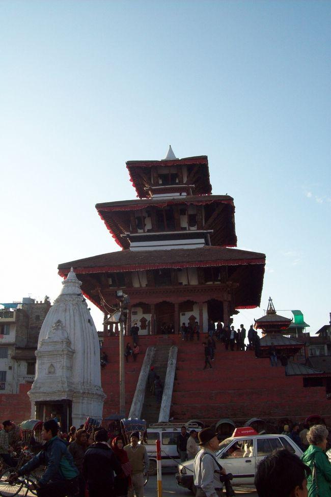 2014.12.31<br /><br />バンコクからタイ国際航空でカトマンズへ。<br />ついにネパールへ入国。<br />この日はホテルがあるタメル地区から世界遺産のダルバール広場まで街歩きをしました。