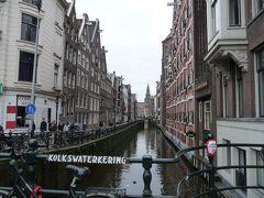 路面電車がすいすい走るアムステルダム
