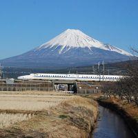 富士の裾野を勇壮と走る新幹線(静岡)