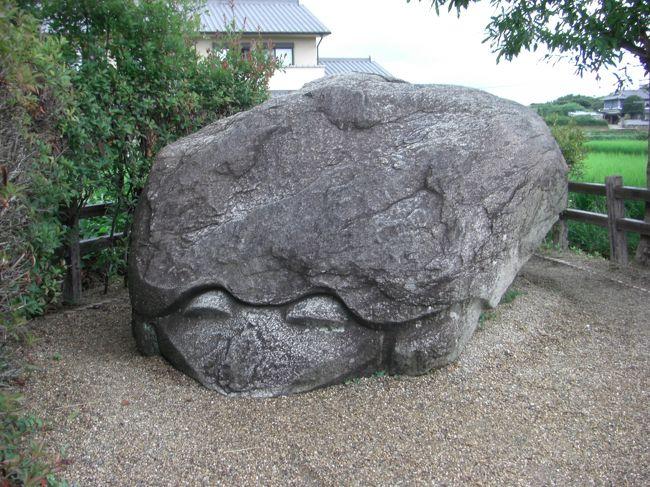 明日香には、たくさんの奇石があります。<br />その中で大好きなのが、この「亀石」です。<br />長さ約4m、幅約2m、高さ約2m、重さは10トンを越すと言われ、<br />畑の中に無造作に置かれています。<br />何と言ってもその表情が好きなんです。<br />何を考え、何を言おうとしているのか・・<br />歴史ロマンを感じます。