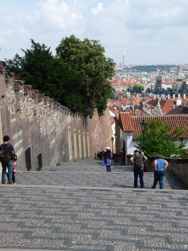 なんだかんだで1年以上が過ぎさってしまいましたが、今回やっとプラハ編です。<br />世界遺産に指定されるプラハの旧市街。<br />ここを中心とした備忘録です。<br /><br />http://4travel.jp/travelogue/10972171<br /><br /><br />前編は 上記に<br /><br />本編は ここから<br /><br /><br />行程6日目 午前 現地企業視察 バスにてプラハへ移動<br />      <br />      午後 プラハ市内視察 <br /><br />行程7日目 午前 プラハ国際空港よりヘルシンキへ<br /><br />      午後 ヘルシンキより帰国の途へ<br /><br />