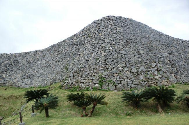 定期観光バスに乗り、古宇利島経由で今帰仁城跡を訪れました。<br />途中、小雨が降ったりもしましたが、晴れ女の本領を発揮して、今帰仁城跡の散策も無事終えることができました。