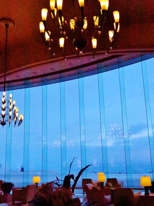 ザ・ウィンザーホテル洞爺リゾート&amp;スパ (The Windsor Hotel TOYA Resort &amp; Spa) は、北海道洞爺湖町にある大型高級リゾートホテルである。現在の所有者は明治海運であり、一時廃業以前と同名のホテル運営会社「ザ・ウィンザー・ホテルズインターナショナル」により運営されている。<br /><br />ホテルは、標高625メートルのポロモイ山の頂上にあり、東に洞爺湖、西に内浦湾を見下ろす立地である。室料は一泊4万円前後からで、スイートは10万円前後、一泊136万円の部屋もある。<br /><br />建物の規模は、地上11階、地下1階、高さ約50メートル、長さ約215メートル、延べ床面積6万3,806平方メートル、客室数398。サービスの質を保つため、予約は300室を上限としている。敷地面積は2万8,474平方メートル。<br />(フリー百科事典『ウィキペディア(Wikipedia)』より引用)<br /><br />第34回主要国首脳会議(34th G8 Summit)は、2008年7月7日から7月9日まで日本の北海道虻田郡洞爺湖町のザ・ウィンザーホテル洞爺リゾート&amp;スパ[1]を会場にして行われた主要国首脳会議。通称北海道洞爺湖サミット。退任が決まっていたアメリカのジョージ・W・ブッシュ大統領にとっては最後のサミットとなった。(フリー百科事典『ウィキペディア(Wikipedia)』より引用)<br /><br />洞爺湖サミット については・・<br />http://www.mofa.go.jp/mofaj/gaiko/summit/toyako08/<br /><br />2日目<br />グランドパーク小樽(10:00頃発)====○小樽・自由散策(約120分)====○ニッカウヰスキー余市蒸留所(約50分)====洞爺湖温泉(16:30頃着) <バス走行距離:約120km><br />夕:フランス料理ディナー【宿泊先:ザ・ウィンザーホテル洞爺 リゾート&スパ】〜約16時間滞在<br /><br />3日目<br />洞爺湖温泉(9:30頃発)====○昭和新山(ガラス館約90分)====☆千歳道産市場(海産物のショッピング/約30分)==<バス走行距離:約120km>==新千歳空港(15:00発)==JAL514===羽田空港(16:40着)<br />( http://www.hankyu-travel.com/tour/detail_d.php?p_course_id=12141&amp;p_hei=10より引用)<br />