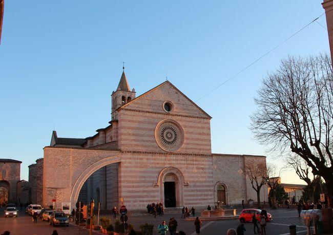 2014.12~2015.01 真冬のイタリア旅行記 3日目午後。。。<br /><br />引き続きアッシジの街を歩きますよ。<br /><br />入り組んだ路地や坂道や階段の連続、迷いこんでみたい・・・<br /><br />とっても楽しいのです♪<br /><br />午後は田園風景をお届けしますよ^^<br /><br /><br />[日程]<br />12/27 羽田→パリ→ミラノ              [ミラノ泊]<br />vol.1 http://4travel.jp/travelogue/10967513<br /><br />12/28 ミラノ→アッシジ               [アッシジ泊]<br />vol.2 ミラノ散策 http://4travel.jp/travelogue/10969015 <br />vol.3 ミラノ→アッシジ http://4travel.jp/travelogue/10971407                              <br /><br />12/29 アッシジ                   [アッシジ泊]<br />vol.4 アッシジ散策① http://4travel.jp/travelogue/10971409<br />vol.5 アッシジ散策② http://4travel.jp/travelogue/10969017<br />vol.6 アッシジ散策③ http://4travel.jp/travelogue/10974054<br /><br />12/30 アッシジ                   [アッシジ泊]<br />vol.7 アッシジ散策④ http://4travel.jp/travelogue/10978638<br />vol.8 アッシジ散策⑤ http://4travel.jp/travelogue/10979459<br /><br />12/31 アッシジ→フィレンツェ           [フィレンツェ泊]<br />vol.9 アッシジ→フィレンツェ http://4travel.jp/travelogue/10981175<br />vol.10 フィレンツェ散策① http://4travel.jp/travelogue/10981692<br />vol.11 フィレンツェ散策② http://4travel.jp/travelogue/10981693<br />                    <br /><br />01/01 オルチャ渓谷ツアー            [フィレンツェ泊]<br />vol.12 サン・クイリコ・ドルチャ散策 http://4travel.jp/travelogue/10984211<br />vol.13 ピエンツァ散策 http://4travel.jp/travelogue/10986723<br />vol.14 モンティッキエッロ散策 http://4travel.jp/travelogue/10986724<br />vol.15 モンタルチーノ散策 http://4travel.jp/travelogue/10986725<br />vol.16 フィレンツェ散策③ http://4travel.jp/travelogue/10986726<br /><br /><br />01/02 フィレンツェ<br />     フィレンツェ→パリ→<br />vol.17 フィレンツェ散策④&帰国編 http://4travel.jp/travelogue/10994695<br /><br /><br />01/03 羽田着