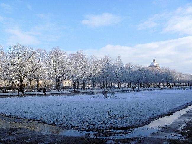 前夜歌劇場からホテルに戻る頃に降り出していた雪は朝になると積もってました。<br />この日から、雪で滑ってこけないようにしながらの観光が続きます。<br />旅3日目は夜はガスタイクでミュンヘンフィルの第九鑑賞、昼はアウグスブルグにでも行こうかなあと考えていましたが・・・。<br /><br />今回の旅程は以下の通りです。<br />12/24 関空発フランクフルト<br />12/25 ICEでミュンヘンへ National Theaterでバレエ鑑賞<br />12/26 夜、ガスタイクでベートーベン第9鑑賞<br />12/27 パッサウ観光 大聖堂で世界最大級のオルガンコンサート鑑賞 <br />    その後レーゲンスブルクへ<br />12/28 レーゲンスブルク 大聖堂で少年合唱団の歌声が聴けるミサに参加 鉄道でプラハへ<br />12/29 ミュシャのスラブ叙事詩鑑賞、夜は国民劇場でバレエ「くるみ割り人形」鑑賞<br />12/30 バスでニュルンベルクへ、少し観光した後鉄道でビュルツブルクへ 夜コンサート鑑賞<br />12/31 午前中ビュルツブルク観光後フランクフルトへ 新年の花火鑑賞<br />1/1 マインツ観光 夜フランクフルト発関空へ