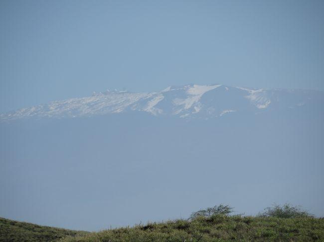 昨年に続き、やっぱり今年もマウナ・ケア(4,200m)山頂へのチャレンジは駄目でした。<br /><br />この季節、閉鎖になりやすいということはよくわかっていますが、休みの関係で昨年と同様な季節になってしまい、予感的中、訪れた時期の1週間は毎日閉鎖でした。<br /><br />う〜ん、残念(&gt;_&lt;)<br /><br />遠くに雪をかぶったマウナ・ケア山頂がゴルフ場から見えています。<br />手を伸ばせば届きそうなのに・・・・。<br />