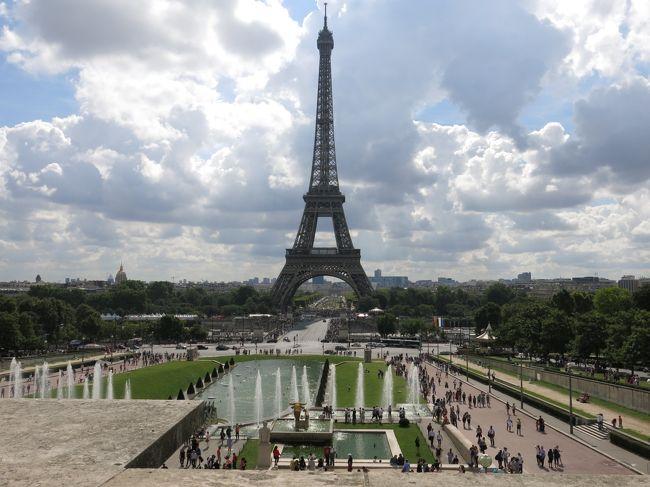 フランス語も、英語も話せないアラフィフ夫婦の初めての海外個人旅行挑戦。<br />勢いに任せて旅立ちましたが、ちょっと無謀だったでしょうか ・・・・・・<br />でも、自信で計画を立て、手配し、一番行きたいところに行き、観たいものを観る。<br />この旅で五日間の総歩行距離は30Km以上に達しましたが、個人旅行の醍醐味、スリル、すばらしさを思う存分体感することができました。<br />やはり旅は自分で考え、自分の思いのままに動くのが一番。<br />今回の初めての個人旅行の経験を踏まえ、その反省点、また必ず再訪するであろう <br />「 パリへの想い 」 を綴ってみました。<br />帰国後、『 花の都 パリ 』 への思いはますます強くなるばかりです。