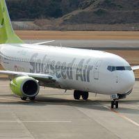 長崎空港 3F 展望デッキで飛行機を見ながらくつろぐ