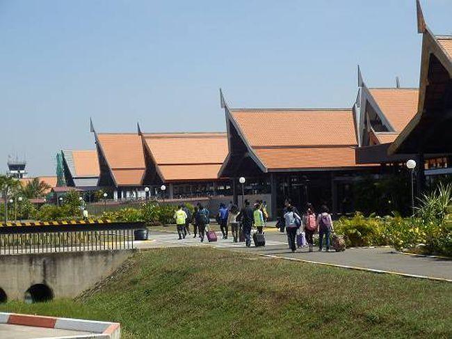 昨年のベトナム ハノイでの年越しに味を占めて、今年もアジアのカンボジアアンコールワットで年越しだ。日本からの直行便がないので、行きも帰りも中国広州でトランジット泊という、今までにないパターンだ。それでもいつか行きたかったアンコールワットにやっといけることになって気分はハイテンション。<br /> <br />空港もアンコールの雰囲気ばっちりだ。