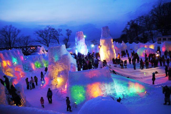 意外と近くにいながら、なかなか来ることのなかった「支笏湖氷濤(ひょうとう)まつり」<br /><br />札幌雪祭りも開催しているけど、雪まつりはもう何回も見てるし、あの人ごみは疲れるのであえて行かない。<br />仕事でちょっお疲れモードの夫、気晴らしにどこかお出かけしたいみたいなので、楽々日帰りできてまだ見たことのない「支笏湖氷濤まつり」に行ってみることに。<br /><br />で、支笏湖と言えば「鶴雅リゾート」の系列ホテル「水の謌」がある!<br />鶴雅リゾートのお食事がお気に入りの我が家としては、一度は行きたかったところ。<br />宿泊するまでもなく「ランチビュッフェ」があるので、「水の謌」でのランチ+「氷濤まつり」と言うプランでお出かけしてきました。<br /><br />「水の謌」でのランチ、夕飯食べなくてもいいくらいしっかりと美味しくいただき十分満足したものとなったのは言うまでもありません。<br />「氷濤まつり」たいして期待しないで行ったけど、どうしてどうして、なかなか楽しく過ごすことが出来ました。<br />一度は見ておいて損はないかも。<br />札幌雪祭りにお越しの際は、ぜひぜひ支笏湖まで足を延ばしてみてはいかが?