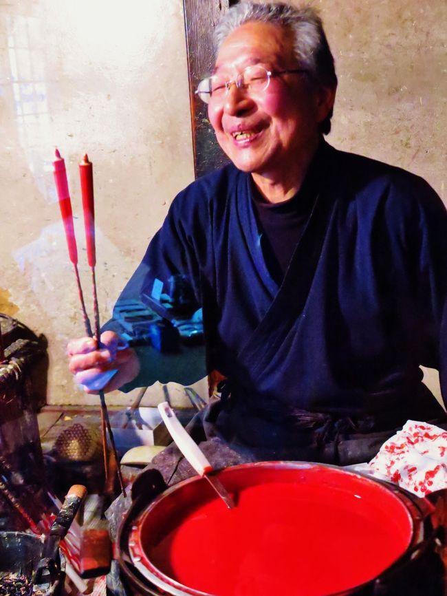 和蝋燭(わろうそく)は灯具である蝋燭の一種。<br />櫨の実から搾り取った木蝋を加熱して熔かしたものを、和紙およびイグサから作った芯(灯心)の周りに手でかけ、乾燥させてを繰り返して作る。完成した蝋燭は、断面が年輪状になる。 ハゼの蝋のみで作った蝋燭が最も高級とされる。<br /><br />洋蝋燭に比べ光が強く、長時間もつと言われている。 また、芯の状態によって炎の揺らぎ方が異なり、その燃え方の表情の変化を好む人もいる。洋蝋燭より作成に手間がかかるため高価であり、一般には仏具専門店にて販売される。<br />(フリー百科事典『ウィキペディア(Wikipedia)』より引用)<br /><br />三嶋和蝋燭店<br />江戸時代から続く和ろうそくの老舗で、現在の主人は7代目。和紙と灯芯と真綿で作った芯に、ハゼの実からできた蝋を掛けながら形を整える、生掛和ろうそく。これを全て手作りする全国でも数少ない店のひとつ。色は朱色、白色、ツートンカラーの3種類あり、1本150円〜。<br />( http://travel.biglobe.ne.jp/tguide/spot/s21903.html より引用)<br /><br />飛騨古川については・・<br />http://www.hida-kankou.jp/model/1000000146/<br />http://washimo-web.jp/Trip/Furukawa/furukawa.htm<br /><br />