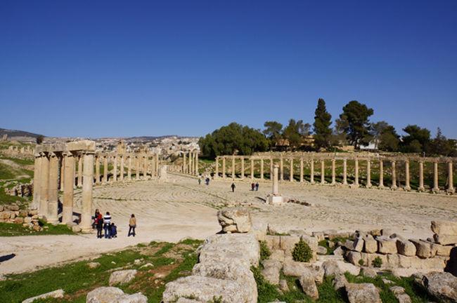 ジェラシュは昔ゲラサと呼ばれ、デカポリス(十都市連合)の一つだった。中東にある古代ローマ時代の都市遺跡で、シリアのパルミラ遺跡と並び保存状態がとても良い。<br />ジェラシュは青銅器時代(B.C.3200〜B.C.1200)にはすでに集落があったそうだ。B.C.63に古代ローマにより征服され、1世紀後半には交易や農業で大いに発展し、人口は2万5千人もいたらしい。現在残っている遺跡のほとんどがこの時代に建てられたもの。<br />614年、ペルシャがシリアに侵入、636年にはイスラム軍により完全に征服。746年、大地震がジェラシュを襲い以降衰退してしまった。<br /><br />
