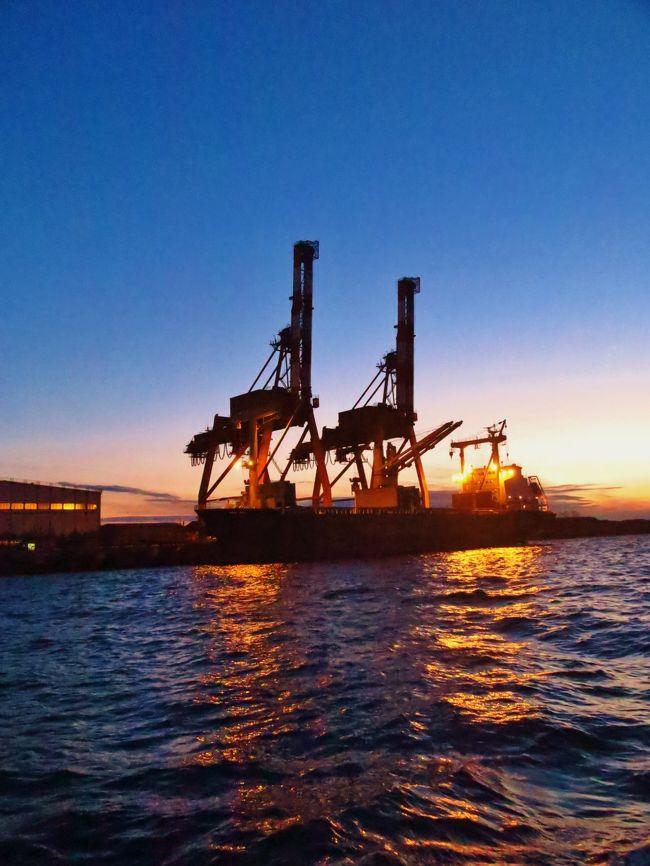 千葉港は、千葉県の市川市・船橋市・習志野市・千葉市・市原市・袖ケ浦市にわたる港湾。港湾管理者は千葉県。港湾法上の国際拠点港湾、港則法上の特定港に指定されている。<br /><br />千葉港は、東京湾奥部にあり、北は市川市より南は袖ケ浦市まで海岸線の総延長約 133 キロメートルと、京葉工業地域のほぼ全域にまたがる工業港である。港の面積は 24,800 ヘクタールで日本一を誇り、日本三大貿易港の一つに数えられる。千葉中央地区の蘇我地域には、JFEスチールがあり、企業城下町となっている。<br /><br />千葉港の主要な取扱貨物は、原油、石油製品、LNG(液化天然ガス)、鋼材、重油、鉄鉱石などであり、重化学工業の産業機能集積港となっている。臨海部の埋め立てと企業誘致によって拡大してきたことから企業専用施設が多く、現在でも港湾取扱貨物の9割以上は企業専用岸壁で取り扱われている。 (フリー百科事典『ウィキペディア(Wikipedia)』より引用)<br /><br />新工場夜景ミステリークルーズ   <br />ぽけかる倶楽部お客様限定クルーズ! 参加費\3,980〜(クルーズ代+軽食代)<br />大ブームの工場夜景クルーズに新航路が登場!<br />工場群の光彩は格別!また、大型船の大迫力をお楽しみに!<br />製鉄や化学などの重工業を中心としたプラントが沿岸部に連なる景観は圧巻!<br />火力発電所も多く、炎を吹き上げる煙突は迫力満点!<br />16:30 工場夜景クルーズ(約90分)<br /><br />工場散歩人がご案内する工場夜景クルーズ  1/28(土)<br />遊覧クルーズ船「あるめりあ」に乗船し千葉港を出航!<br />東京湾に沈む夕陽を眺めたあと、「JFEスチール東日本製鉄所」や「三井造船千葉事業所」といった京葉工業地帯の工場夜景を楽しむ魅惑の時間をお過ごしください。(下記より引用)<br /><br />千葉ポートサービスについては・・<br />http://www.chiba-port.com/<br /><br />旅行時期 2013/08/17<br />横浜⇒羽田クルーズa 川崎工場運河を航行 ☆京浜工業地帯の偉容まぢかに<br />http://4travel.jp/travelogue/10811088<br />横浜⇒羽田クルーズb 多摩川〜羽田D滑走路沖で ☆離着陸する旅客機を仰ぐ<br />http://4travel.jp/travelogue/10811098<br /><br />旅行時期 2014/01/12 -<br />横浜港遊覧クルーズA ピア象の鼻〜出航 ☆ぽけかる倶楽部の貸切<br />http://4travel.jp/travelogue/10856444<br />横浜港遊覧クルーズB 横浜ベイブリッジを潜り抜け ☆快晴の海 穏やかに<br />http://4travel.jp/travelogue/10856479<br />夕日〜黄昏 移りゆく刻 羽田空港の海辺付近 ☆この佳き一日に感謝を!<br />http://4travel.jp/travelogue/10811115