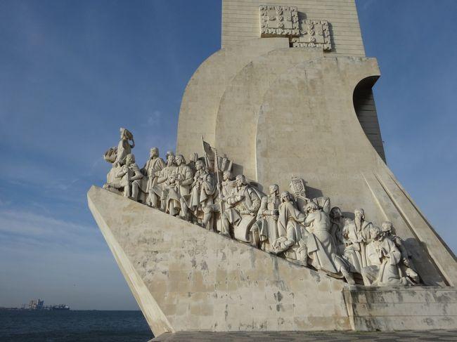 「発見のモニュメント」は「1960年」に「エンリケ航海王子の没後500年」を記念して建てられました。<br />「先頭」の「エンリケ航海王子(大航海時代の先駆的指導者)」が「ポルトガルの偉人」である「30人」を率いています。<br />ここは「ヴァスコ・ダ・ガマ」が「インド航路」へ旅立った「船出の地」でもあります。
