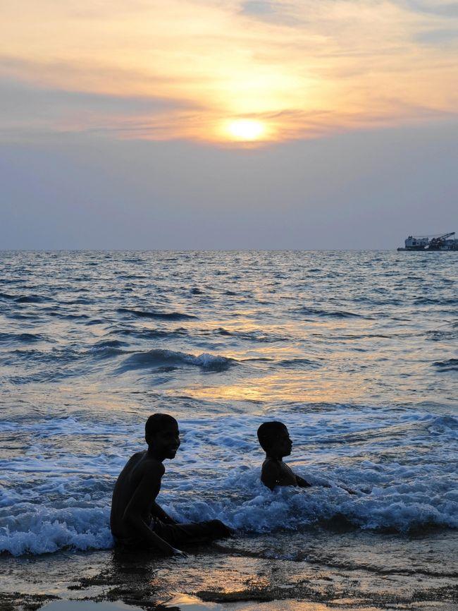 2015年冬、インド洋に浮かぶ小さな島国・スリランカへ。<br />☆5~6日目:コロンボ後編→帰国☆<br /><br />『次に海外旅行に行くなら』と考えた時、真っ先に浮かんだのがスリランカ。<br />早々にガイドブックを購入し思案していました。<br />初めての海外一人旅なので、今回は周遊観光付きのプランを利用しましたが、<br />団体ツアーではなく少人数だったため、比較的自由がきき良かったです。<br /><br />豊かな自然と世界遺産、穏やかな象たちとの触れ合いにアーユルヴェーダ、<br />種類豊富なライス&カリーや紅茶…etc<br />『光輝く島』という意味を持つスリランカの、煌めく魅力を堪能してきました。<br /><br />◇散策リスト◇<br />・ゴール・フェイス・グリーン<br />------------------<br />◇日程◇<br />1日目:成田空港出発→ニゴンボ泊<br />2日目:ダンブッラ石窟寺院→ダンブッラ泊<br />3日目:シーギリヤ・ロック→キャンディ泊<br />4日目:キャンディ→ピンナワラ象の孤児院→コロンボ泊<br />5~6日目:コロンボ→帰国<br />------------------