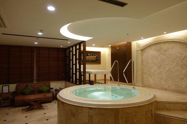 タイで有名な元風呂屋の帝王であり政治家でもある大富豪 Chuwit Kamolvisit氏がオーナーのホテルグループ、デイビス。<br /><br />元々、現在このホテルのあるスクンビットソイ24にもソープランドを造ろうとして現地住民から大反対を受けて急遽高級ホテルに変更された。<br /><br />風俗王が政治家になれるタイの文化?に普通は驚くだろうがこの国では日本の常識は非常識。<br /><br />さて、ホテル自体は2棟から構成されていてスクンビット通り側がはじめに設計され施工、ラマ4世通り側が後から施工されたためにスクンビット側の部屋のつくりはどちらかというとラブホ的になっている。<br /><br />と、いうわけでスクンビット通り側の一番面白い部屋に泊まることにしたのだが、、、見所は?ベッドルームより広いジャグジールーム。<br /><br />仕事をする机が小さくて端の方で嫌いだな。<br /><br />でも、なんとなくこの雰囲気にのまれて?一日5回ぐらい風呂に入った。。。。<br /><br />それにしても落ち着かないなぁ〜次選択することは無いかな(笑)<br /><br /><br />ちなみにラマ4側の部屋は好きだな<br />http://4travel.jp/travelogue/10956394