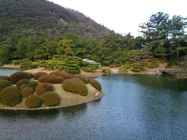 今回で終了です。高松での年越しと元旦の栗林公園のおはなし。<br /><br />旅行先の長野から、さらに京都・岡山経由で香川県へ。<br />友達とふたりで年末年始を過ごして来ました。<br />(長野旅行の続きですー)<br /><br />12/26-28  長野県長野市<br />12/29-30   香川県小豆島 <br />12/30-31  香川県直島<br />12/31-1/1 香川県高松市・琴平町<br /><br />メイン写真は栗林公園からの一枚です。