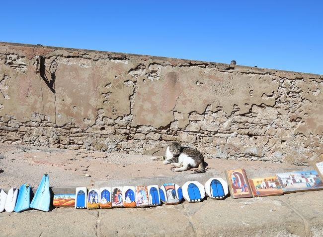 モロッコ世界遺産の街並みと砂漠の世界11日間<br />モロッコ3日目<br />エッサウィラのホテルで目覚める。<br />朝食後、集合までの時間、前の砂浜を散策する。<br />9:30 バスで出発して、街を見下ろせる展望台へ<br />ホテルに戻り、メディナへ。<br />スークをぐるっと回り展望台。<br />ハッサン広場で解散して30分ほど自由に見て回る。<br />魚市場辺りの海の門に集合。<br />13:00 レストランで昼食-シーフード。<br />14:00 マラケシュに向かう。<br />15:20 トイレ休憩<br />17:30 マラケシュホテル着<br />18:00 フナ広場散策<br />19:00 レストランで夕食<br /><br />
