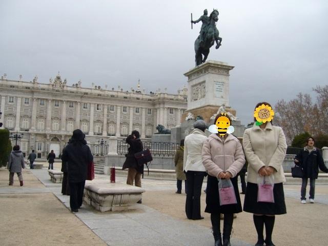周りで行った事のある人みんなが「よかったよー」と言うので、一度は行ってみたかったスペイン。<br /><br />添乗員付きのツアー、日本旅行の「《ベストBUYヨーロッパ》日本航空で行くリーズナブルスペイン8日間」ツアーに参加しました。<br /><br />【スケジュール】<br />2006/1/5<br /> 日本航空で成田からオランダ「アムステルダム」経由<br /> イベリアスペイン航空でスペイン「バルセロナ」へ<br />20061/6<br /> バルセロナ観光<br /> バレンシアへ<br />2006/1/7<br /> ラ・マンチャ地方へ<br /> カンポ・デ・クリプターナ観光<br /> グラナダへ<br />2006/1/8<br /> グラナダ観光<br /> ミハス観光<br /> ロンダ観光<br /> セビリア「フラメンコショー」観覧<br />2006/1/9<br /> セビリア観光<br /> コルドバ観光<br /> マドリッドへ<br />2006/1/10<br /> マドリッド観光<br /> トレドOPツアー<br />2006/1/11-12<br /> マドリッドフリータイム<br /> イベリアスペイン航空でスペイン「マドリッド」からオランダ「アムステルダム」経由<br /> 日本航空で成田へ帰国<br /><br />【旅費】<br />約130,000円