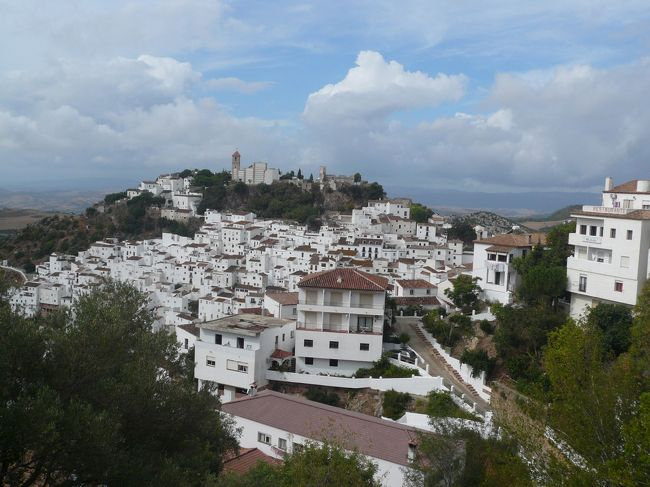このリゾートホテルに泊まったのは、<br />山の中の白い村、カサレスに近くて<br />カサレスを<br />また訪れてみたかったから、も理由のひとつ。<br /><br />変わりないように見えながらも<br />しっかりたくましく進化してました。<br /><br />