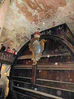 伝説:①ハイデルベルクのワインの大樽から聞こえる幽霊音楽、②ワイン樽の監視人を務めた道化師・小人ペルケオ