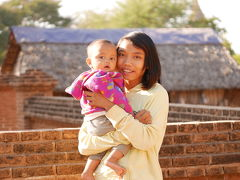 パガンの、あるパヤーの蜂団子2 可愛いパヤー守りの少女と赤ちゃん。