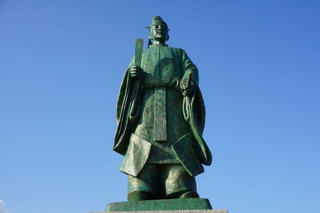 掛川宿は、東海道五十三次の26番目の宿場。かつ、山内一豊が増築した掛川城の城下町でもあります。関が原の戦いの際、東軍に従った山内一豊がこの城を差し出し、一気に家康の信頼を勝ち得た話はあまりにも有名です。JR掛川駅からお城までは歩いて20分くらい。途中、旧東海道をまたいでまっすぐな道。とても分かりやすいと思います。<br />前回は、駆け足で掛川城を見ただけだったので、今回はレンタサイクルを使って、少し広い範囲を回ってみました。宿場町によくある旅人を元気にするグルメがそこそこ残っていて、これも期待通りの楽しさでした。<br /><br />一方の蒲郡は、三河国。江戸時代以降には綿花と塩田で潤った豊かな地域。その始まりは、むしろ歌人として知られる藤原俊成が三河の国司に任命され、こちらの開拓に努力したことだとか。そして、今ではシンボル、竹島と蒲郡温泉がある、メジャーではないにしても渋い観光地となっています。<br />