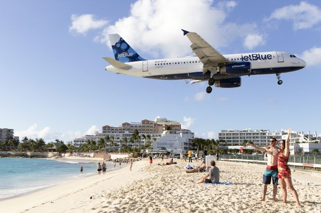 色々とマニアには聖地がありますが、航空機(旅客派)の聖地のひとつ(どんだけ有るんだ?)に上がられるのが、カリブ海に浮かぶセントマーチン島にある、プリンスジュリアナ空港(SXM)です。<br /><br />世界で危険な空港の一つに数えられている空港です。<br />まあ、なぜかと言う事はWikiを参照して貰えれば判るので説明は省きますが、多くの航空機ファンが訪れているのです。<br /><br />4travelではダイジェスト編として掲載しています。<br />本編はこちらからご覧頂けます。<br />http://blog.travair.jp/?p=9735<br />