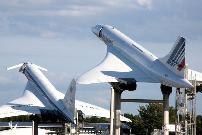 【旅行のテーマ】<br />旅の目的はシンプルに「旅客機に乗る!見る!」<br />急に取れた夏休みは6日間だが、出来るだけたくさんのフライトをしたいと、タイ航空のエアバスA380を利用しバンコク経由でドイツに向かう。<br />目的地はフランクフルトの南部にある、シュパイヤーとジンスハム交通技術博物館。現地滞在2日半という行程だったが、半日のベルリン市内観光も実現し、充実した旅となった。<br /><br />ルートは、成田(NRT)→バンコク(BKK)→フランクフルト(FRA)→ベルリン(TXL)→フランクフルト(FRA)→パリ(CDG)→バンコク(BKK)→成田(NRT)。7日で7フライト、ホテルは3泊、残りは機中泊である。<br /><br /><br />【ルート】<br />1日目(2フライト)<br />成田(NRT)→バンコク(BKK) タイ国際航空A380<br />バンコク(BKK)→フランクフルト(FRA) タイ国際航空A380<br /><br />2日目(2フライト)<br />フランクフルト(FRA)→ベルリン(TXL) フルトハンザドイツ航空A320<br />ベルリン市内観光(約5時間)<br />ベルリン(TXL)→フランクフルト(FRA) フルトハンザドイツ航空A320<br />ICEとドイツ国鉄を乗り継ぎ、フランクフルト南部の都市、シュパイヤーへ<br />(シュパイヤー博物館内のホテルに宿泊)<br /><br />3日目<br />シュパイヤー交通技術博物館を見学<br />見学後、ドイツ国鉄(DB)でジンスハイムに2時間半かけて移動<br />(ジンスハイム博物館隣接のホテルに宿泊)<br /><br />4日目<br />ジンスハイム交通技術博物館を見学<br />見学後、ドイツ国鉄(DB)で2時間かけてフランクフルトに移動<br /><br />5日目<br />フランクフルト(FRA)→パリ(CDG) ルフトハンザドイツ航空A320<br />パリ(CDG)→バンコク(BKK) タイ国際航空A380<br /><br />6日目<br />バンコク(BKK)→東京(成田) タイ国際航空(TG)A380<br /><br />旅行中の食事は機内、ラウンジ、ホテルの朝食など、料金に含まれる(インクルーシブ:タダ飯)を基本とした。<br />旅行中の食事の回数は合計で17回(うちタダ飯は15回)<br /><br />【費用】<br />今回の旅にかかった費用は<br />①航空券をのぞく諸税、サーチャージ 109,720円<br />②ホテル代 66,000円=250ユーロ(3泊)<br />③交通費 18,000円(ドイツ鉄道、バス、タクシー、自宅~空港間など)<br />④博物館入場料 4,500円=34ユーロ (3ヶ所)<br />⑤食費 3,500円(2回) <br />航空券とお土産を除く約198,520円であった。<br /><br />文と写真 RTW2015<br />※トップ画面はジンスハイム交通技術博物館に展示されているコンコルドとツポレフTu-144