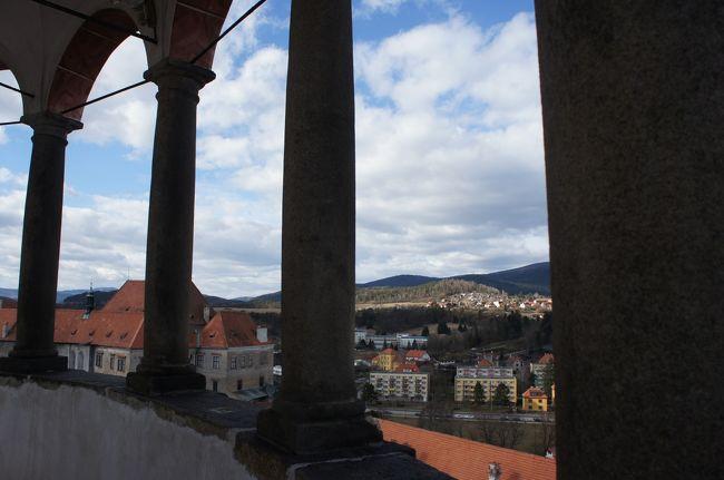 この旅行記は「人生初のヨーロッパはプラハに行って歴史を感じながらチェコビールをたらふく飲んできました【ダイジェスト】」の詳細編です。<br /><br />ダイジェストはこちら→ http://4travel.jp/travelogue/10991778<br /><br />人生初のヨーロッパはチェコにやってきました。<br />3日目はプラハからバスでチェスキー・クルムロフに行きました。<br /><br />ビアレストランで昼食後、チェスキークルムロフ城を観光します。<br /><br />【旅程】<br />初日 成田空港からウィーン経由でプラハへ http://4travel.jp/travelogue/11004728<br />   プラハの夜を散策   http://4travel.jp/travelogue/11004773<br /><br />2日目 プラハ城 http://4travel.jp/travelogue/11004962<br />   ユダヤ人地区など http://4travel.jp/travelogue/11005699<br /><br />3日目 バスでチェスキークルムロフへ http://4travel.jp/travelogue/11006013<br /><br />    昼食後にお城観光、プラハに戻り夕食 ←今ここらへん<br /><br />4日目 旧市庁舎<br />5日目 移動日、フランクフルトでちょっとビール<br />6日目 帰着<br /><br />【宿泊】<br />ヒルトン・プラハ・オールドタウン