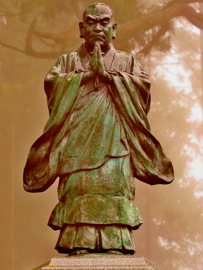 身延山(みのぶさん)は山梨県南巨摩郡身延町と早川町の境にある山である。標高1,153m。<br />また同地にある日蓮宗総本山久遠寺の山号でもあり、別名としてもよく用いられる。<br /><br />山麓の標高400m付近に日蓮宗総本山である身延山久遠寺があり、山頂にも日蓮が父母を偲んで建立したと言われる奥之院思親閣がある。身延山の参拝客のほか、頂上からの眺望がよいため観光客も多く訪れる。<br /><br />山頂へはロープウェイで7分程度で登れる。山頂部には奥之院と3つの展望台が設置されており 東と南側展望台からは富士山がよく見え、天候がよければ駿河湾、伊豆半島を見晴らすことができる。山腹には雑木林が分布するほか、杉が植林されている。(フリー百科事典『ウィキペディア(Wikipedia)』より引用)<br /><br />身延山ロープウェイ<br />身延山参拝客を輸送するために、身延登山鉄道により建設され、1963年(昭和38年)8月23日に開業した三線交走式の索道(ロープウェイ)である。山麓の久遠寺駅、山頂の奥之院駅の2駅間の斜長1,665m、標高差763mを約7分で運行する。平常時は20分おき、繁忙期には増発や運転時間延長もある。2011年(平成23年)7月現在のゴンドラは2代目で、日本ケーブル/武庫川車両により1981年(昭和56年)に製造された定員45名のものが2両用いられる。<br />(フリー百科事典『ウィキペディア(Wikipedia)』より引用)<br /><br />身延山ロープウェイについては・・<br />http://www.minobusanropeway.co.jp/<br /><br />身延山久遠寺については・・<br />http://www.kuonji.jp/<br /><br />4月6日(月)7日(火)<br />『身延山「しだれ桜」・実相寺「神代桜」・慈雲寺「いと桜」・海鮮浜焼き&イチゴ狩り食べ放題2日間』<br />旅行代金25,000円日数1泊2日<br />2石和温泉--身延山久遠寺【しだれ桜観賞[ロープウェイは別料金 往復1,290円] 約110分】--沼津【海鮮浜焼き食べ放題(約60分)の昼食/買い物 約30分】--三嶋大社【しだれ桜観賞/参拝 約40分】--三島【イチゴ狩り園内食べ放題 約30分】---船橋(19:20着) ◆バス移動距離:290km<br />