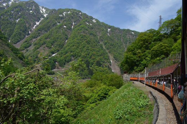 立山雪の大谷を見に行きました。大阪から3日間のたびです。ゴールデンウィークでしたが、朝早く行動したので思ったより人が少なくスムーズに行けました!<br /><br />黒部渓谷トロッコ乗って黒薙温泉へ行きました。とってもいい景色で黒薙駅で降りることをおすすめします。秘湯です!!宇奈月温泉もぶらぶらしました。<br /><br />立山黒部アルペンルート<br />http://www.alpen-route.com/<br />黒部渓谷トロッコ電車<br />http://www.kurotetu.co.jp/<br /><br />1日目<br />23:20大津SA(滋賀県)<br />2日目 <br />→3:45立山駅駐車場→5:00切符売場へ並ぶ→6:20立山駅出発→6:45美女平出発→7:35室堂到着→室堂ターミナル(お土産、ごはん)室堂散策(雪の回廊、みくりが池、地獄谷)→10:30雪の大谷ウォーク→室堂出発→美女平→12:50立山駅到着→富山駅(白えび亭)→宇奈月温泉→道の駅うなづき車内泊。<br />3日目<br />7:57黒部渓谷トロッコ→8:20黒薙温泉10:30発→10:38宇奈月温泉(カフェモーツァルト)→14:45金沢まいもん寿司→16:30金沢21世紀美術館→喫茶店(20世紀カフェ)。<br /><br />その1第22回立山雪の大谷ウォーク、絶景!立山から室堂まで<br />http://4travel.jp/travelogue/11006748<br />その2黒部渓谷トロッコ乗って黒薙温泉へ<br /><br />その3金沢まいもん寿司、金沢21世紀美術館<br />http://4travel.jp/travelogue/11007579