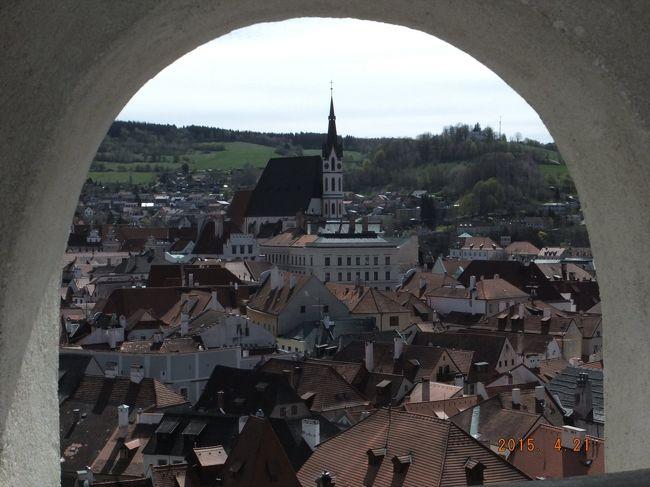 プラハからウィーンに向かいますが、ウィーンまで450Kmあり、その途中にチェスキー・クルムロフを観光します。<br />チェスキー・クルムロフは中世の町並みがそっくり残された世界で最も美しい町として知られていて、1992年にユネスコ世界遺産に指定されました。<br />町の規模に不釣り合いなチェスキー・クルムロフ城とその市街地を散策しました。<br /><br />中欧4カ国めぐり ハンガリー/ブダペストまで No1/5<br />  http://4travel.jp/travelogue/11006635<br />中欧4カ国めぐり スロバキア/ブラチスラバ No2/5<br />  http://4travel.jp/travelogue/11007519<br />中欧4カ国めぐり チェコ/プラハ No3/5<br />  http://4travel.jp/travelogue/11007525<br />中欧4カ国めぐり オーストリア/ウィーン No5/5<br />  http://4travel.jp/travelogue/11007544<br />