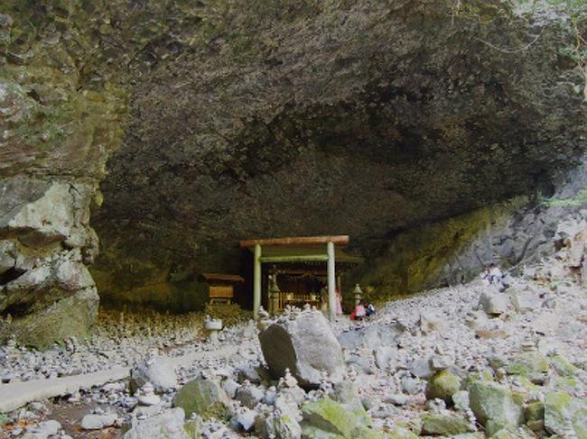 荒立神社の後は車で10分位の天岩戸神社と天安河原へ。天岩戸神社では神職さんに案内していただいて天岩戸が見えるところに案内していただきました。天岩戸神社は日本神話(古事記・日本書紀)の中に書かれている、天照大御神様が隠れになられた天岩戸を御神体として御祀りし、天岩戸神話の舞台となった場所です。