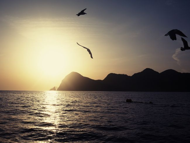 ゴールデンウィーク、人混みはしんどいけど、やっぱりどこかに行きたい!!<br />ということで、京都の北部、丹後半島にドライブ旅行してきました。<br />メインは2日目早朝の、定置網体験!!<br />地元の漁師さんの船にのせてもらって、お土産までもらえるというツアーに参加しました。<br />海の上でみる日の出、次々あがる魚!!もう、興奮がとまりませんでした。<br />しかも、その魚をわけてもらって、朝からにぎり寿司三昧!!<br />たくさんの人の温かさにふれ合えた2日間でした。<br />