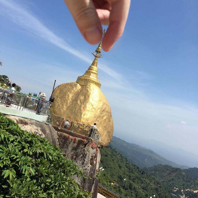 ゴールデンロック(Golden Rock)日帰りに挑戦してきましたので、ご参考になれば。<br /><br />正式にはチャイティーヨ・パゴダ(Kyaiktiyo Pagoda)またはチャイティーヨ・パヤーと言うらしい。<br /><br />●タイムチャート<br />05:40発 ヤンゴン市内のホテルからタクシー乗車(6Kから7Kぐらい)<br />06:10着 アウンミンガラー・バスセンター<br />06:50発 アウンミンガラー・バスセンター<br />11:35着 キンプン(Win Expressバス乗り場)<br />11:50着 トラック乗り場(上り)<br />12:05発 トラック乗り場(上り) (2.5K)<br />13:15着 トラック乗り場(下り) ←どこかで事故があったらしく、到着が大幅に遅れた<br />14:10発 トラック乗り場(下り) (2.5K)<br />14:45着 トラック乗り場(上り)<br />15:00発 キンプン(Win Expressバス乗り場)<br />19:30着 アウンミンガラー・バスセンター<br /><br />●気づき点<br />・7時発の始発で行かないと日帰り不可。<br /> 行きは1時間おきにバスは出ているが、帰り(キンプンから)が15時発しかない。<br /> ただし、キンプンから乗り合いバスで30分のチャイトーまで行けば17時発ヤンゴン行きがある。<br /><br />・発車1時間前に来いと言われるが、たぶん6時半とかの中途半端な時間を言うのが面倒なので、<br /> 1時間前集合と言ってるだけだと思われる。<br /> ただ、実際7時発のバスだったのに発車したのは6:50だった。<br /> どうやら全員が揃ったら出発のよう。<br /> なので30分前にはバスセンターには到着しておいたほうが良いと思われる。<br /><br />・バスはいっぱいだったので、チケットは前日までに買っておくほうが良いと思う。<br /> (途中から乗車する人もいるので、アウンミンガラーバスセンターでは席が空いていても乗れないことがある。)<br /> チケットを買った時の話は以下に記載<br /> http://4travel.jp/overseas/area/asia/myanmar/yangon/transport/10161504/tips/11746293/<br /><br />・復路のチケットはキンプンに到着後、降車したところで販売する。<br /><br />・現地の方はバスに乗りなれてないらしく、結構な人が酔って吐いてた。<br /> (なのでビニール袋が各席に備え付けられている。)<br /><br />・ゴールデンロック内では裸足になるので、足の裏は真っ黒になる。<br /><br />・ゴールデンロックからふもとに下りるトラックは上りと違い、1時間に1本ぐらいしか出ない。<br /> バスが15時発なので14時過ぎのトラックに乗る必要がある。<br /> トラックに乗るには、出発の30分前からは待機しておく必要があるので、<br /> 13時半にはトラック乗り場にいる必要がある。<br /><br />・頂上までのトラックでも吐いている人がいた。<br /><br />・頂上(ゴールデンロック)では実質1時間ほどしか時間がない。<br /> それでも特に急ぐ必要はなく見回ることができるが、休憩やお土産屋をゆっくり見回る時間はない。<br /><br />・日焼け止めを塗っておかないとえらい目にあう。<br /><br />・アウンミンガラーバスセンターから頂上(ゴールデンロック)までは<br /> ヤンゴンから乗ってきたバスを降り、5分程度歩いて、<br /> 頂上へ行くトラックに乗り換えるだけで済むので、ハードルは低い。<br /><br /><br />●所感<br />理想は1泊2日で行くのが良いと思う。<br />昼前ぐらいのバスで夕方着いて、夕日&夜景のゴールデンロックを見て、<br />次の日に日の出のゴールデンロックを見て帰る感じ。<br />日帰りだとコスパは非常に高いので良いのだが、時間に追われる感じがあった。<br />それに1日中ほぼバスに乗ってる感じになる。<br />バスに長時間乗ってても苦にならない人じゃないと厳しいかと。<br />でも1泊2日の場合は飽きてしまうだろうね・・・<br />ホテルも高いし。(野宿の人も多数いるが)<br />